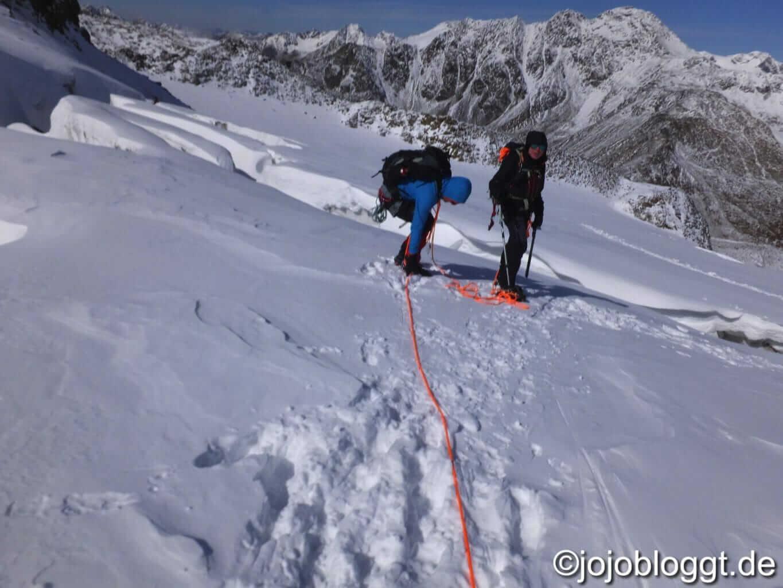 Seilschaft geht Gletscherspalten